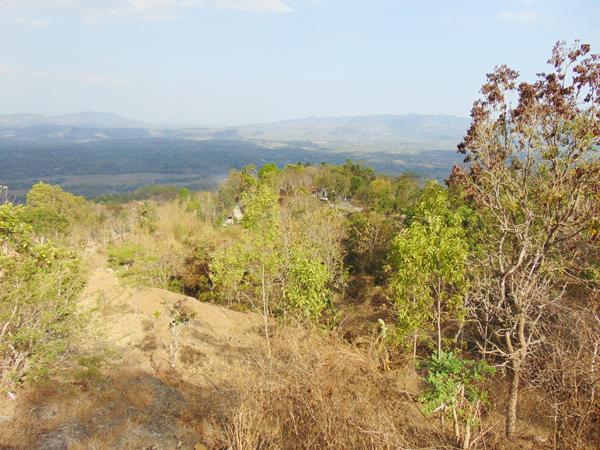 gunung-lawu-terlihat-dari-petilasan-gunung-gambar