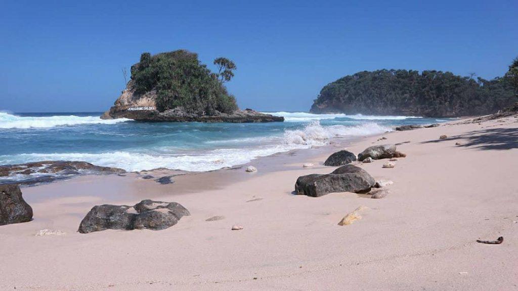wisata malang pantai jonggring saloka